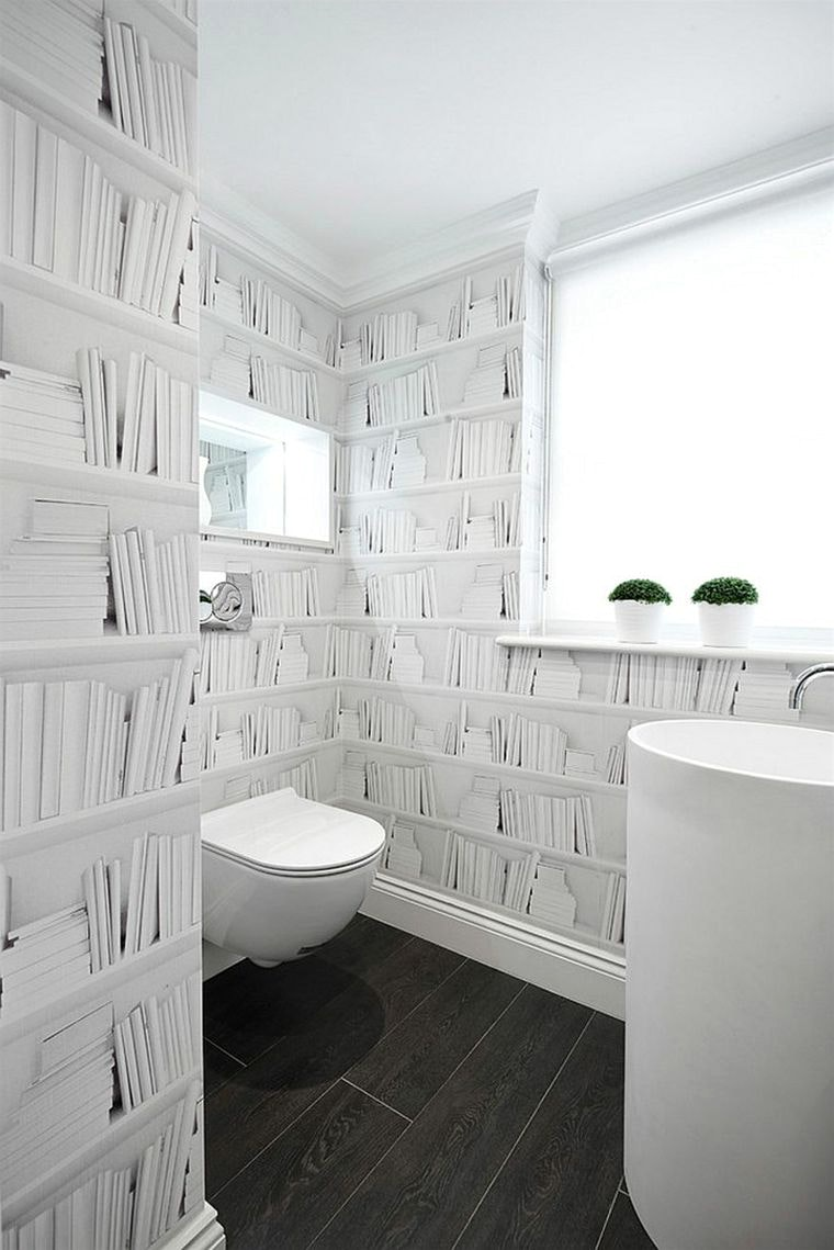 Обои в туалете белые
