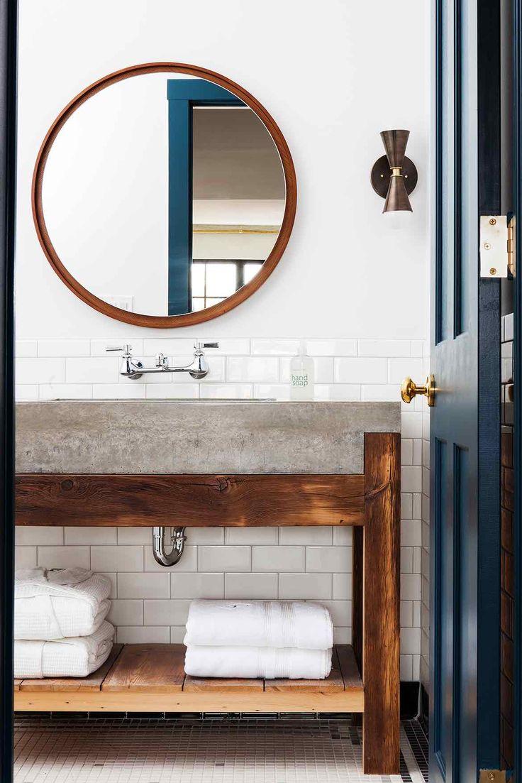 Большая ванная с бетонной раковиной