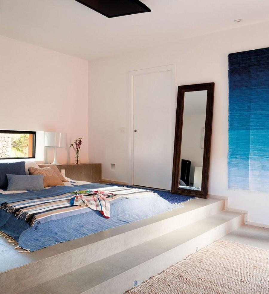 Кровать на подиуме из бетона