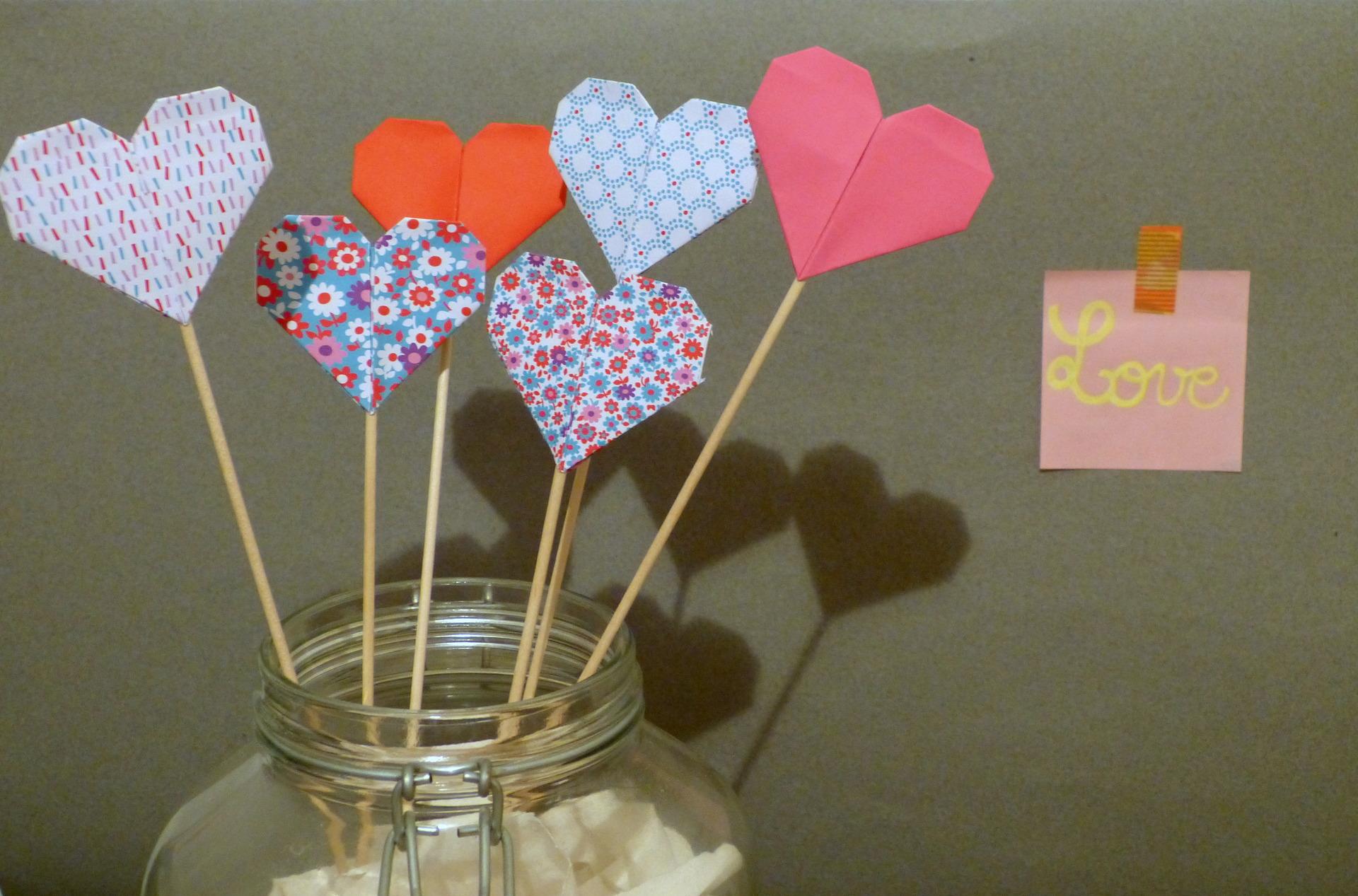 Оформление на 14 февраля бумажными сердечками