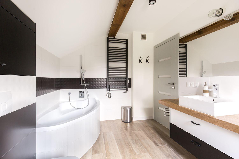 Большая ванная черно-белая