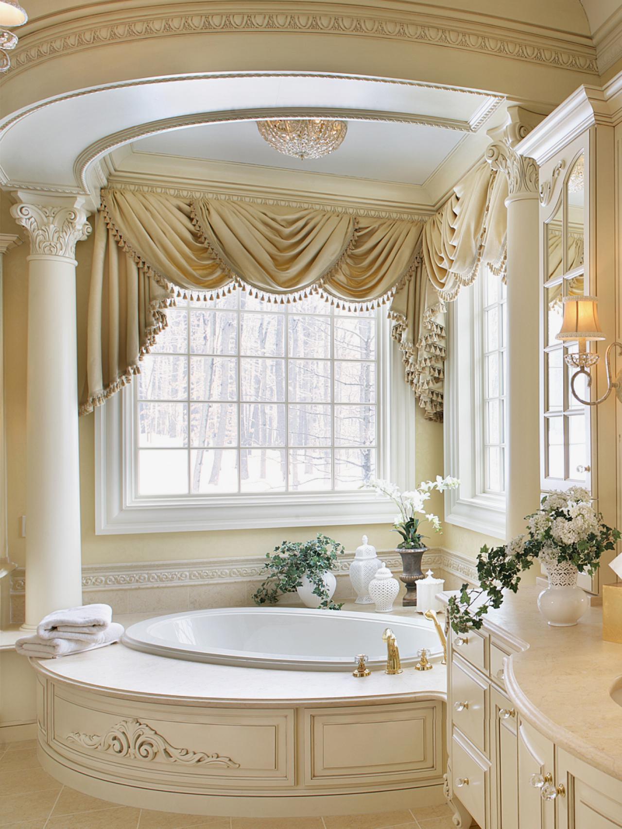 Большая ванная классическая с колоннами