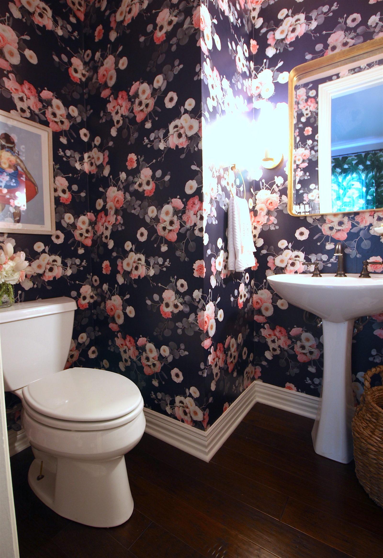 Обои в туалете с цветами