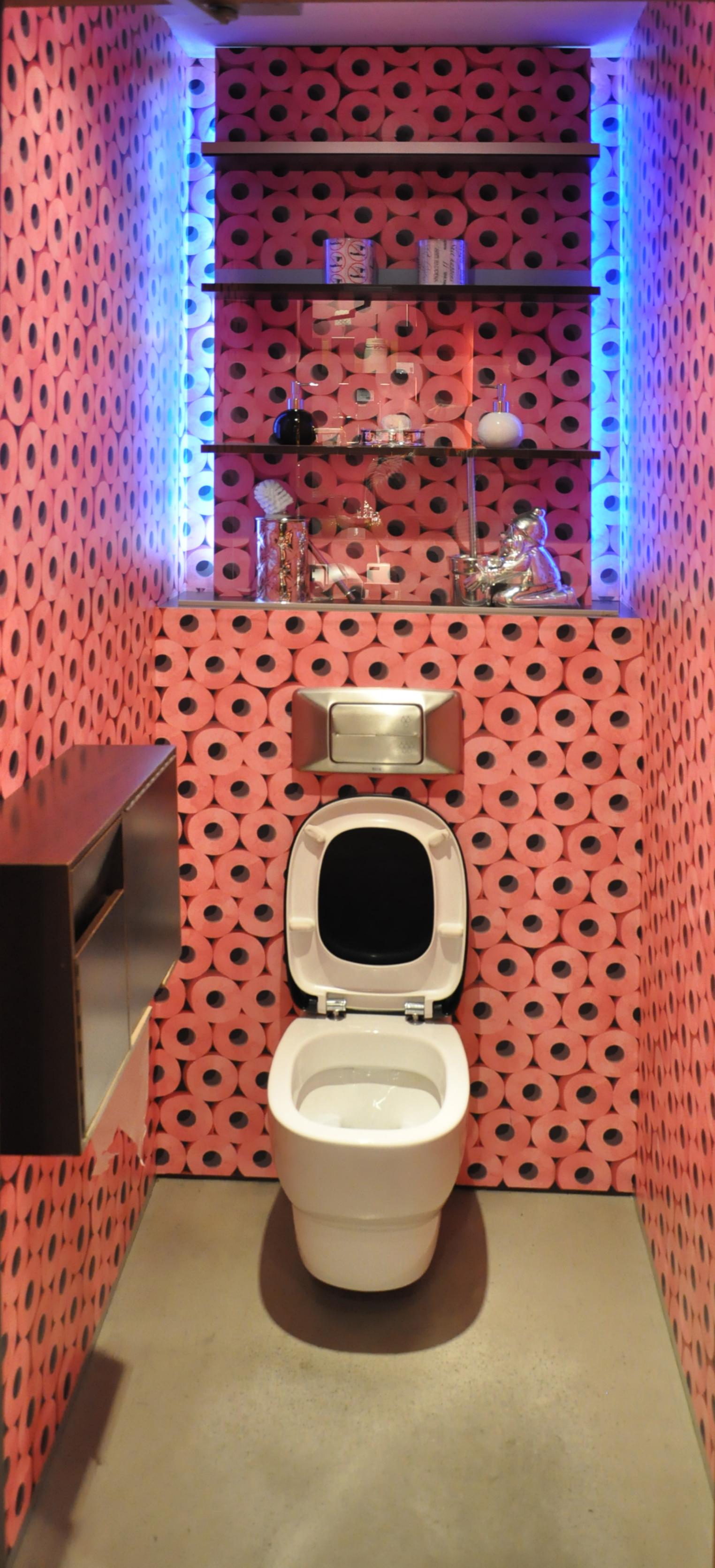 Обои в туалете декоративные