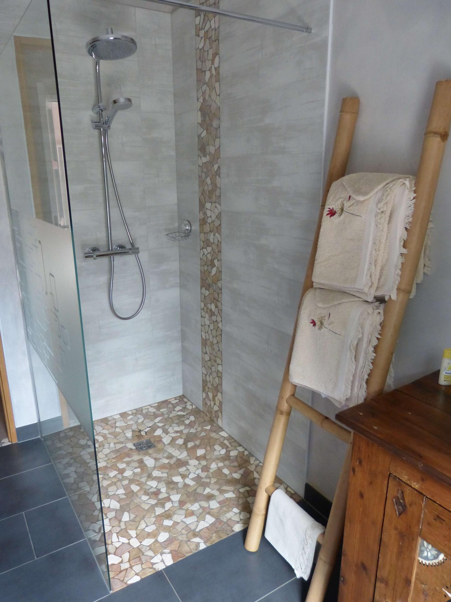 Большая ванная с декором