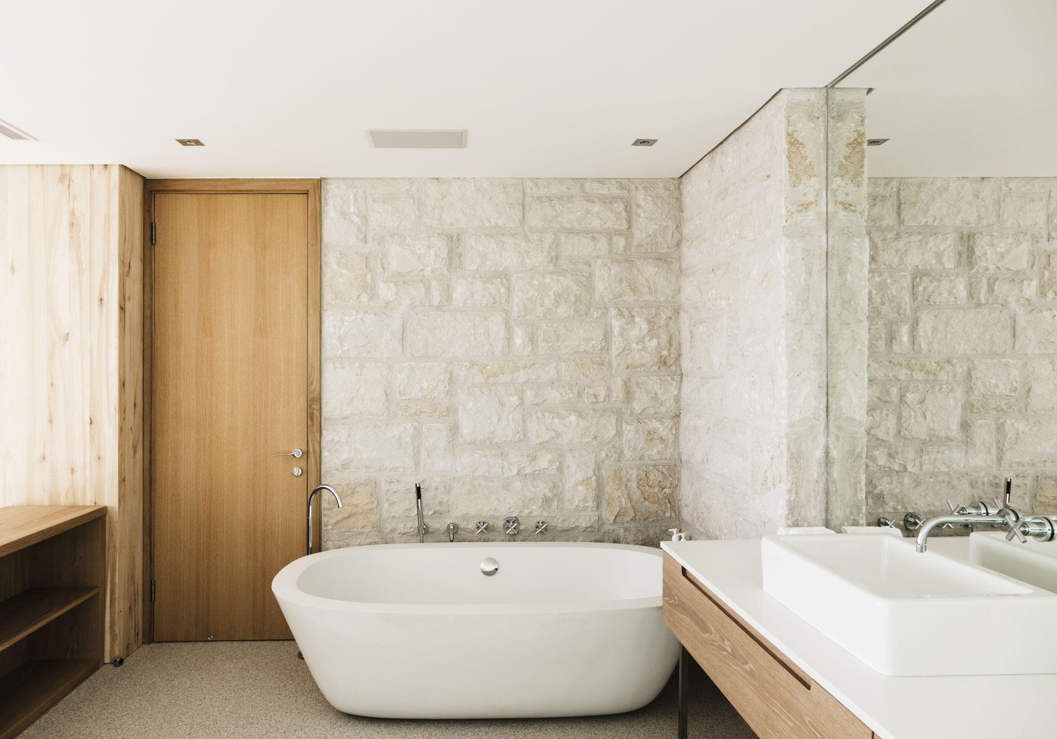 Ванная своими руками с декоративным камнем