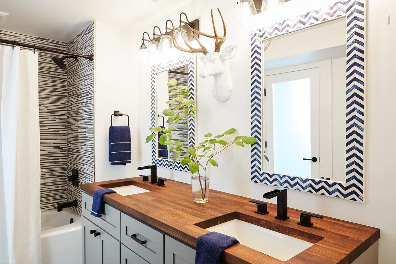 Большая ванная с декоративным зеркалом