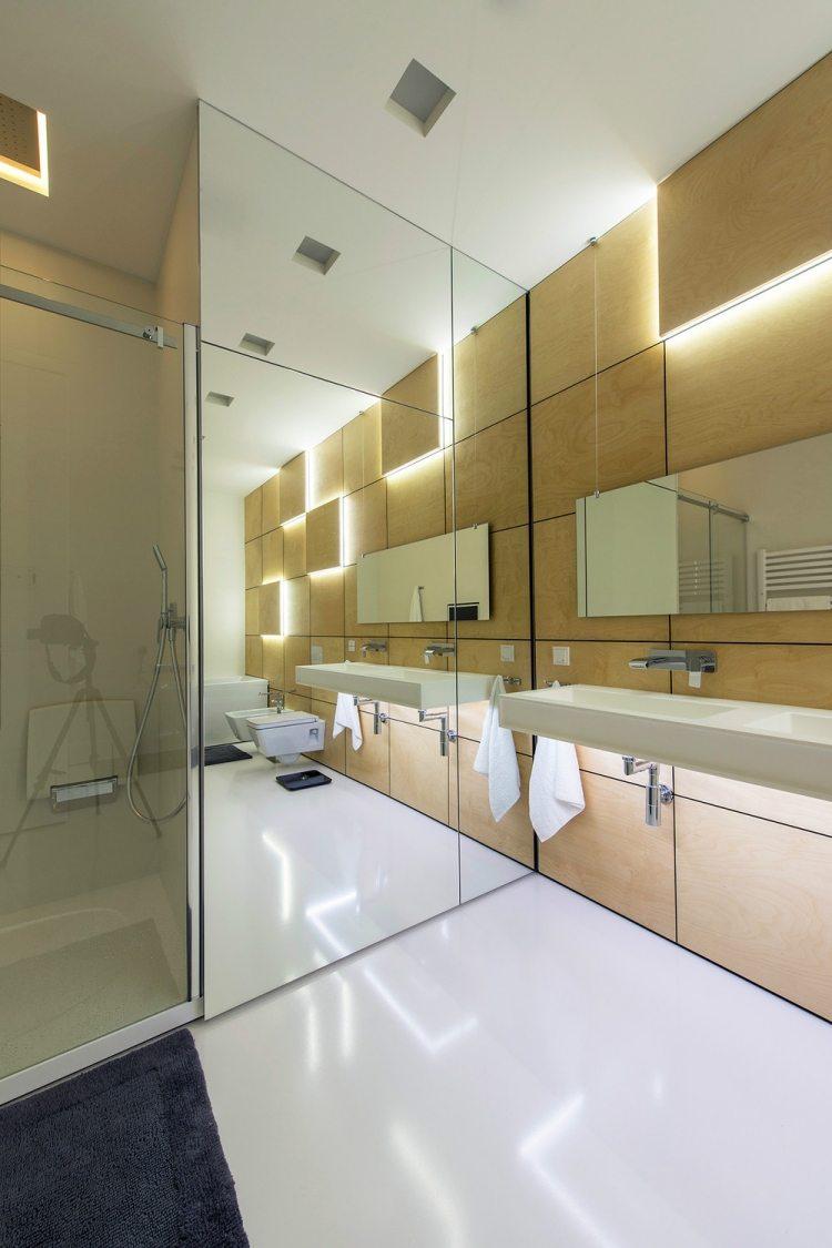 Большая ванная с деревянными стенами