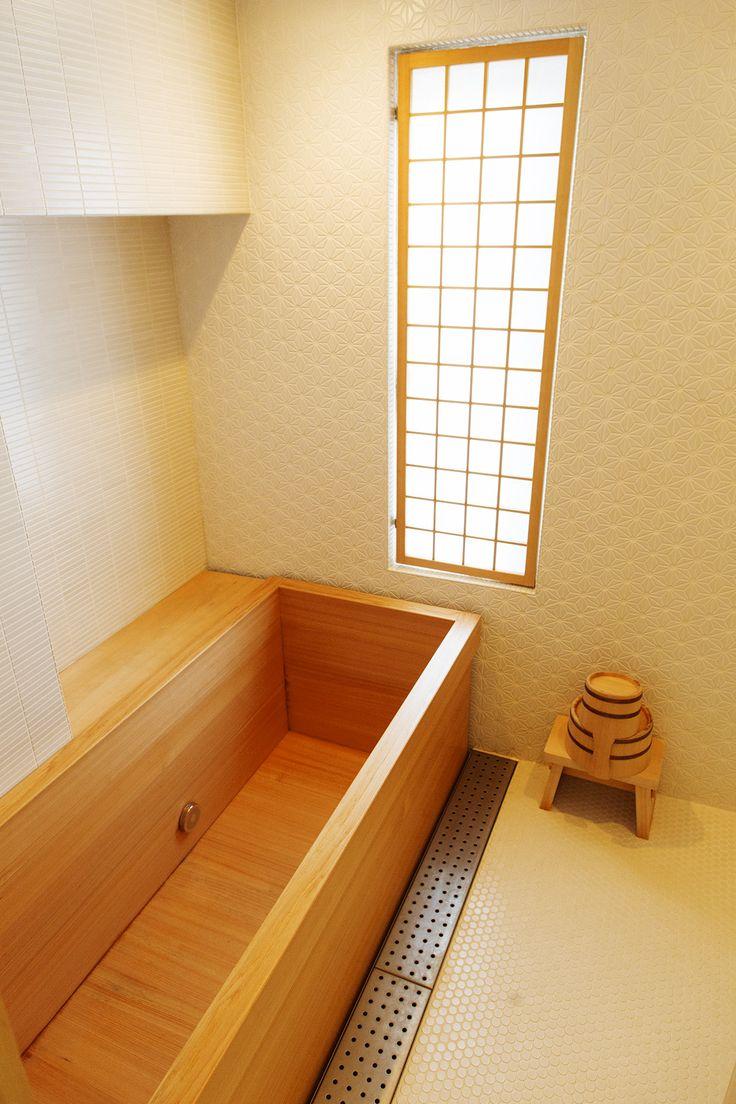 Японский интерьер с деревянной ванной