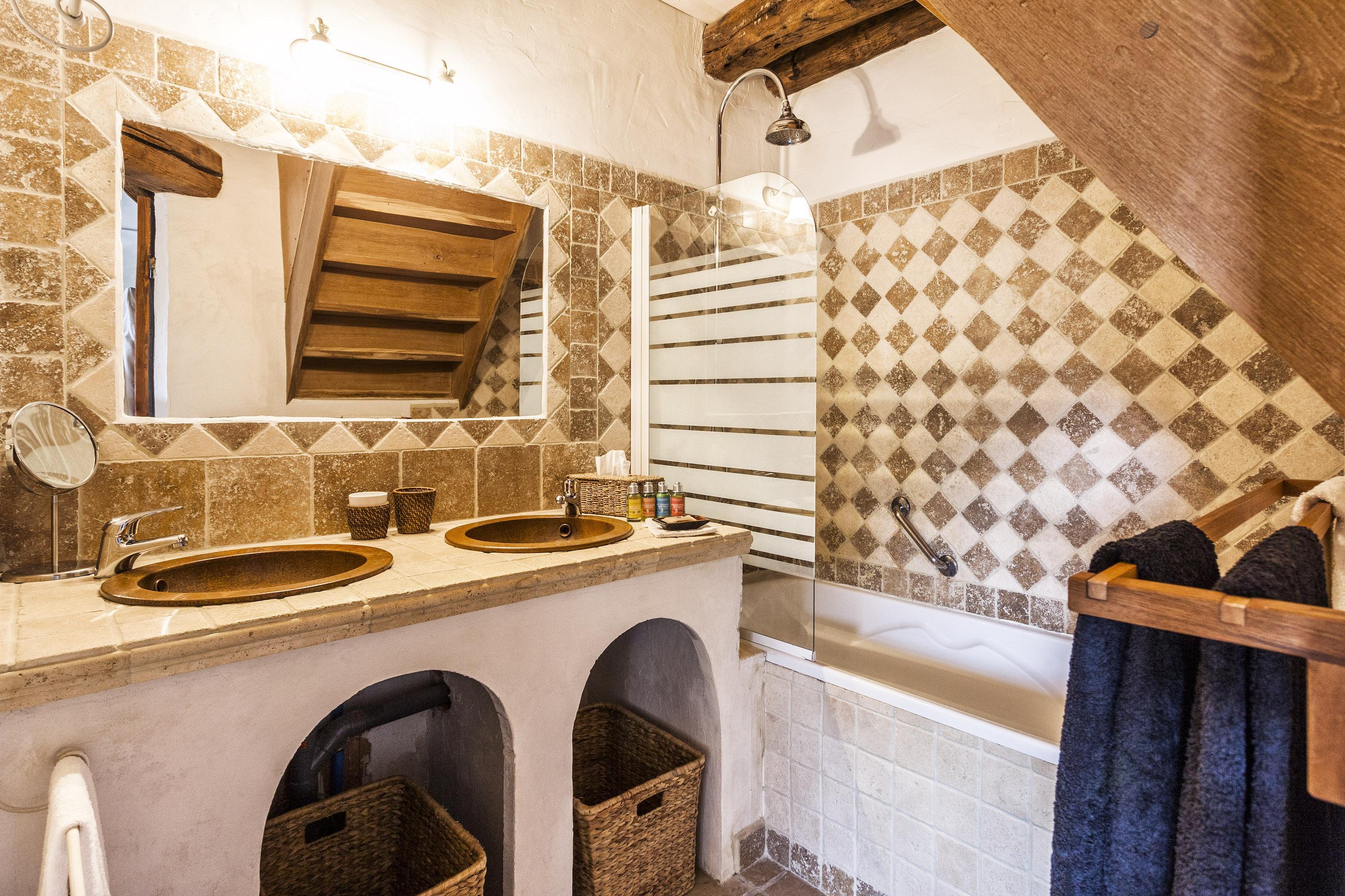 Большая ванная в деревенском стиле