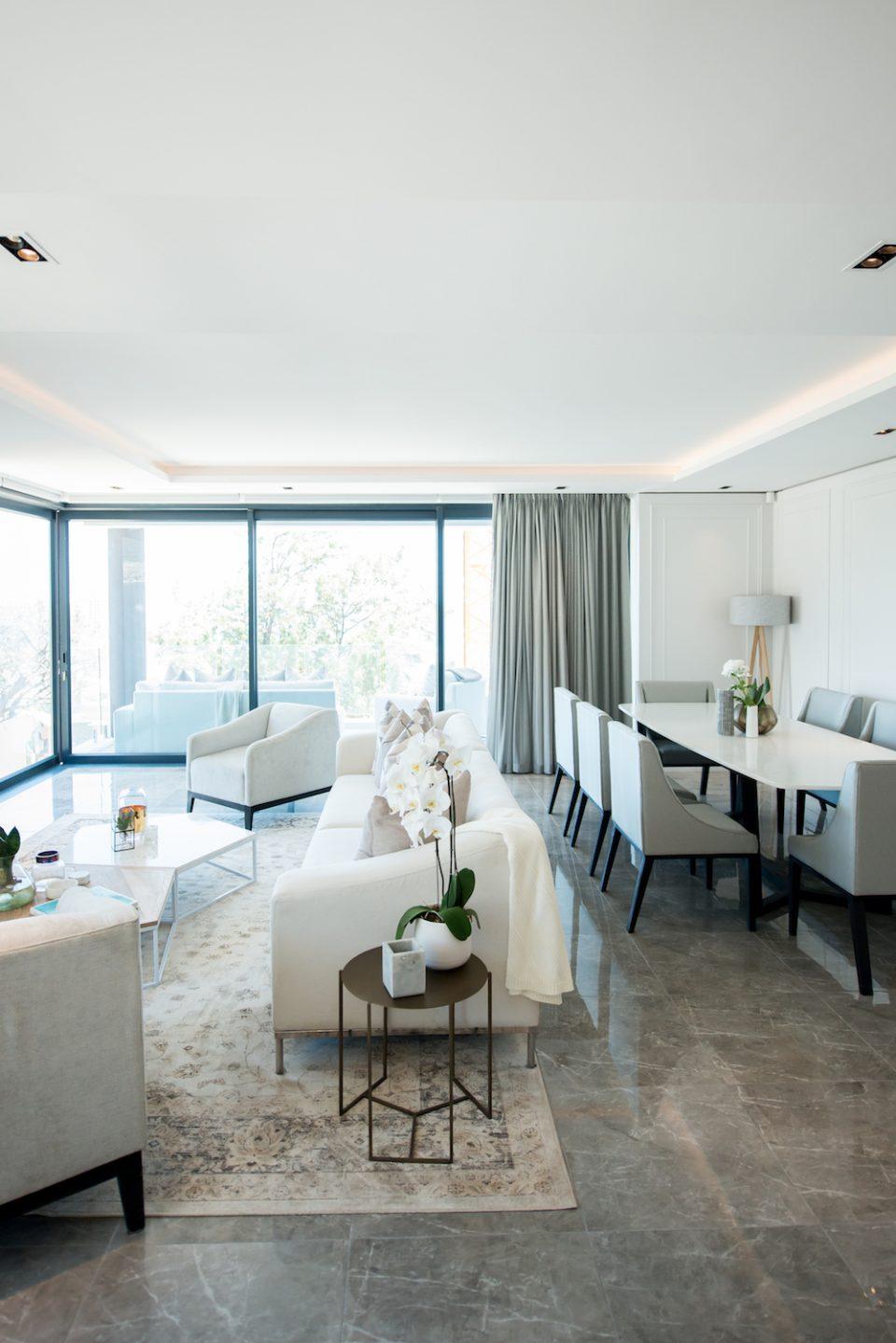 Белый интерьер с диваном
