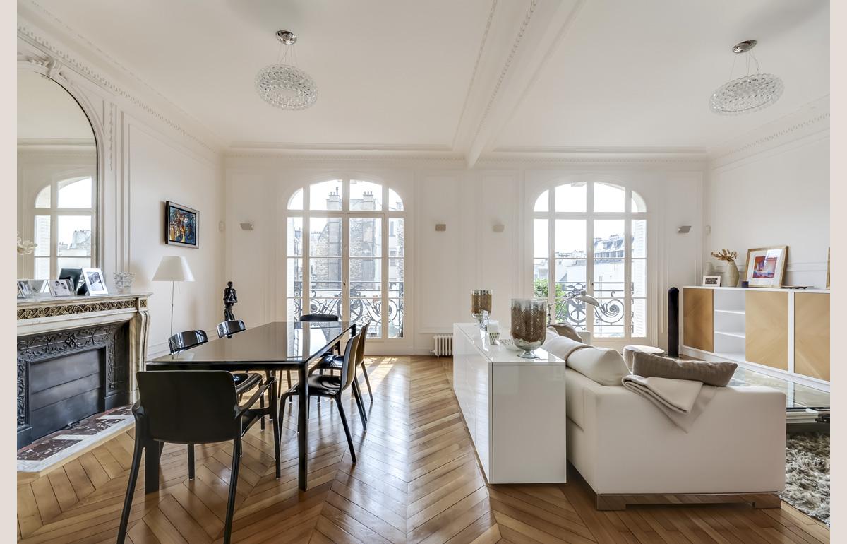Как расставить мебель в однокомнатной квартире на два окна