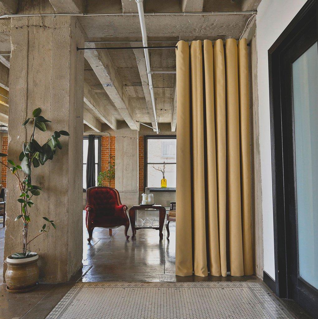 Зонирование шторами в эклектичном стиле