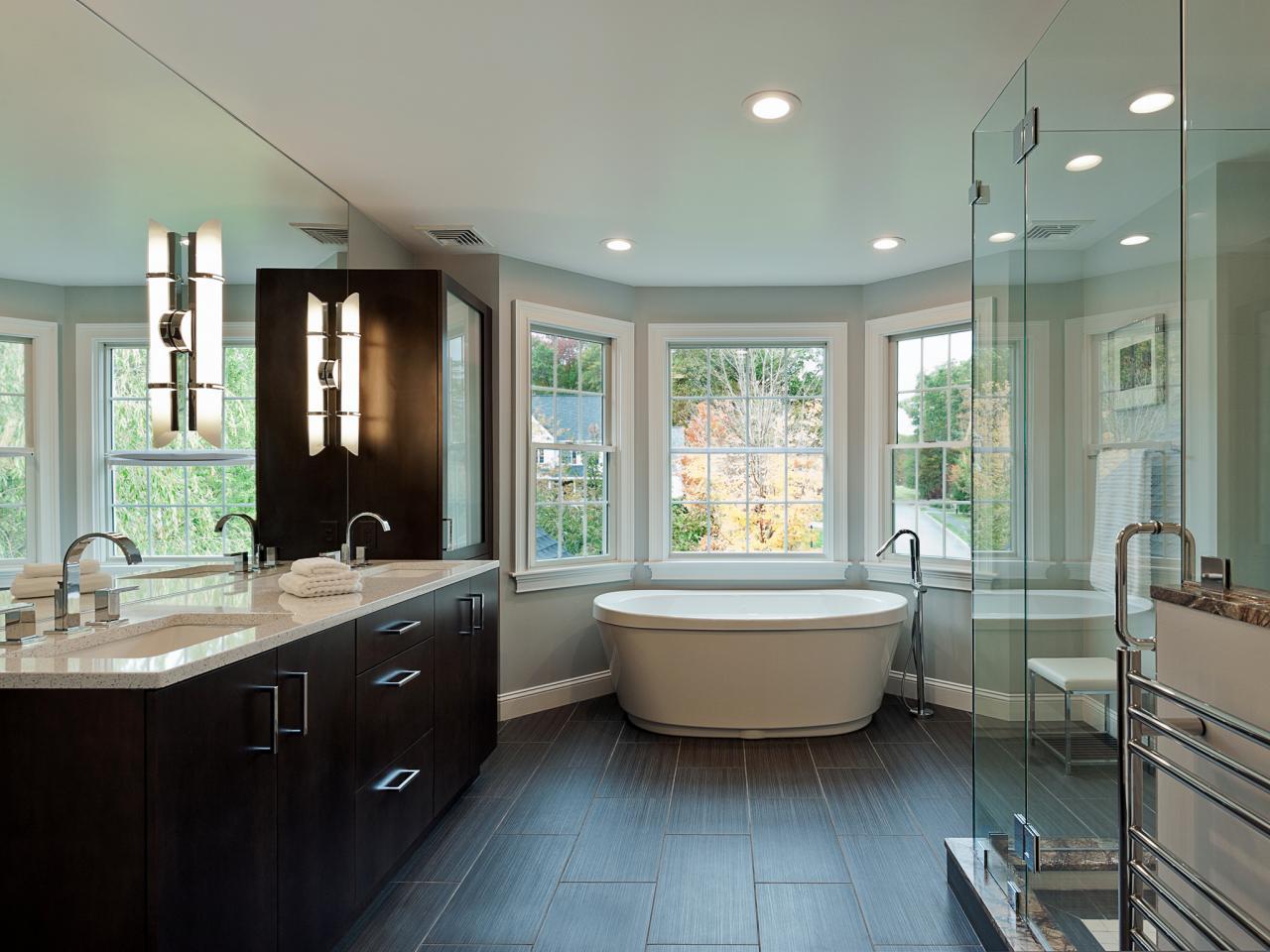 Большая ванная с эркером