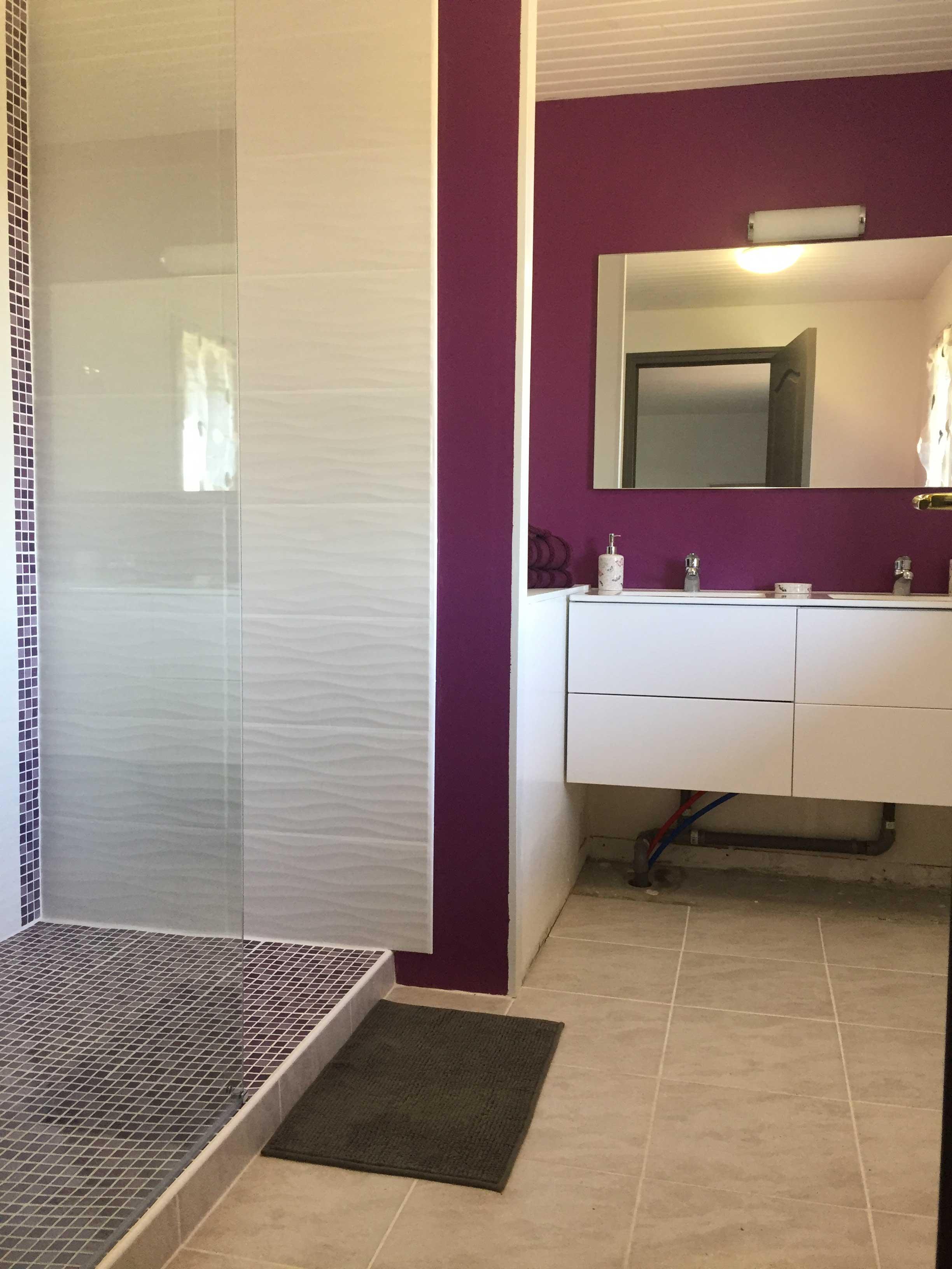 Большая ванная фиолетовая
