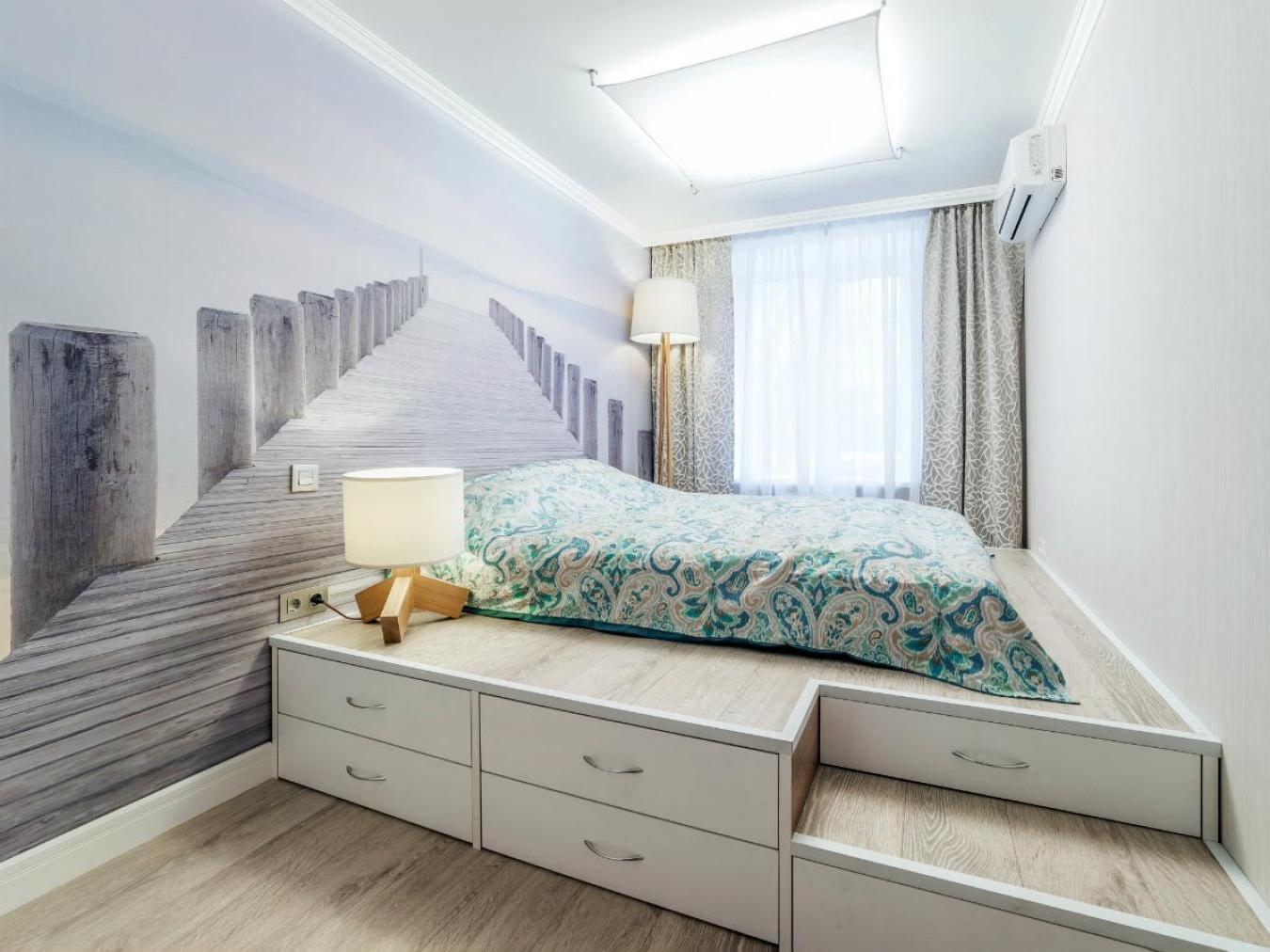Кровать подиум в спальне с фотообоями