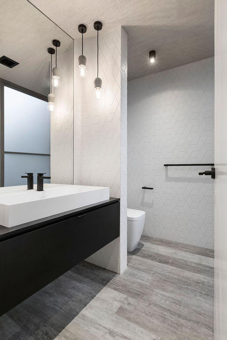 Большая ванная с геометрической плиткой