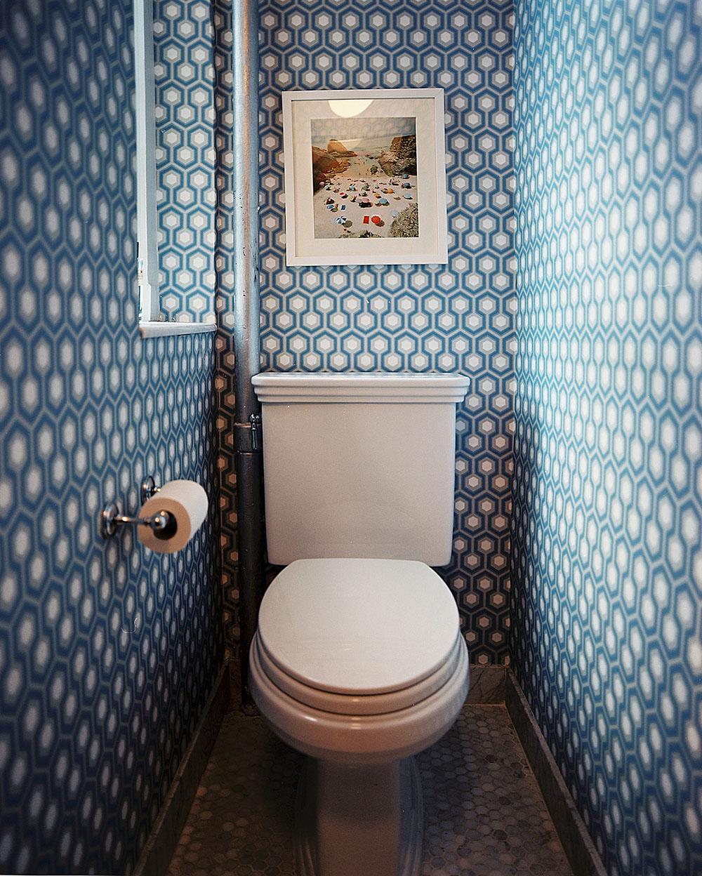 Обои в туалете с геометрическим принтом