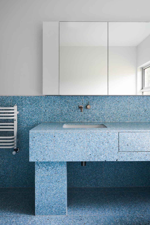 Большая ванная голубая