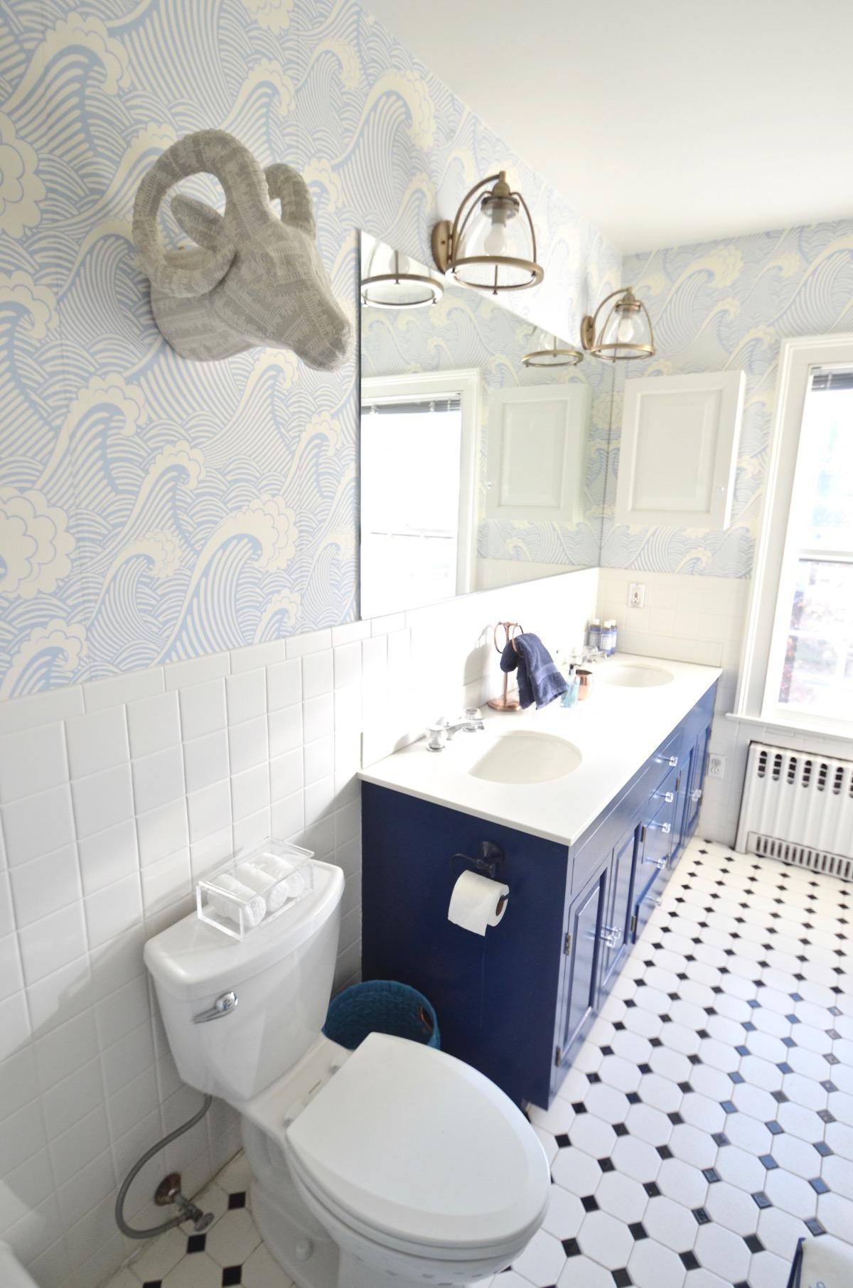 Обои в туалете с голубым рисунком