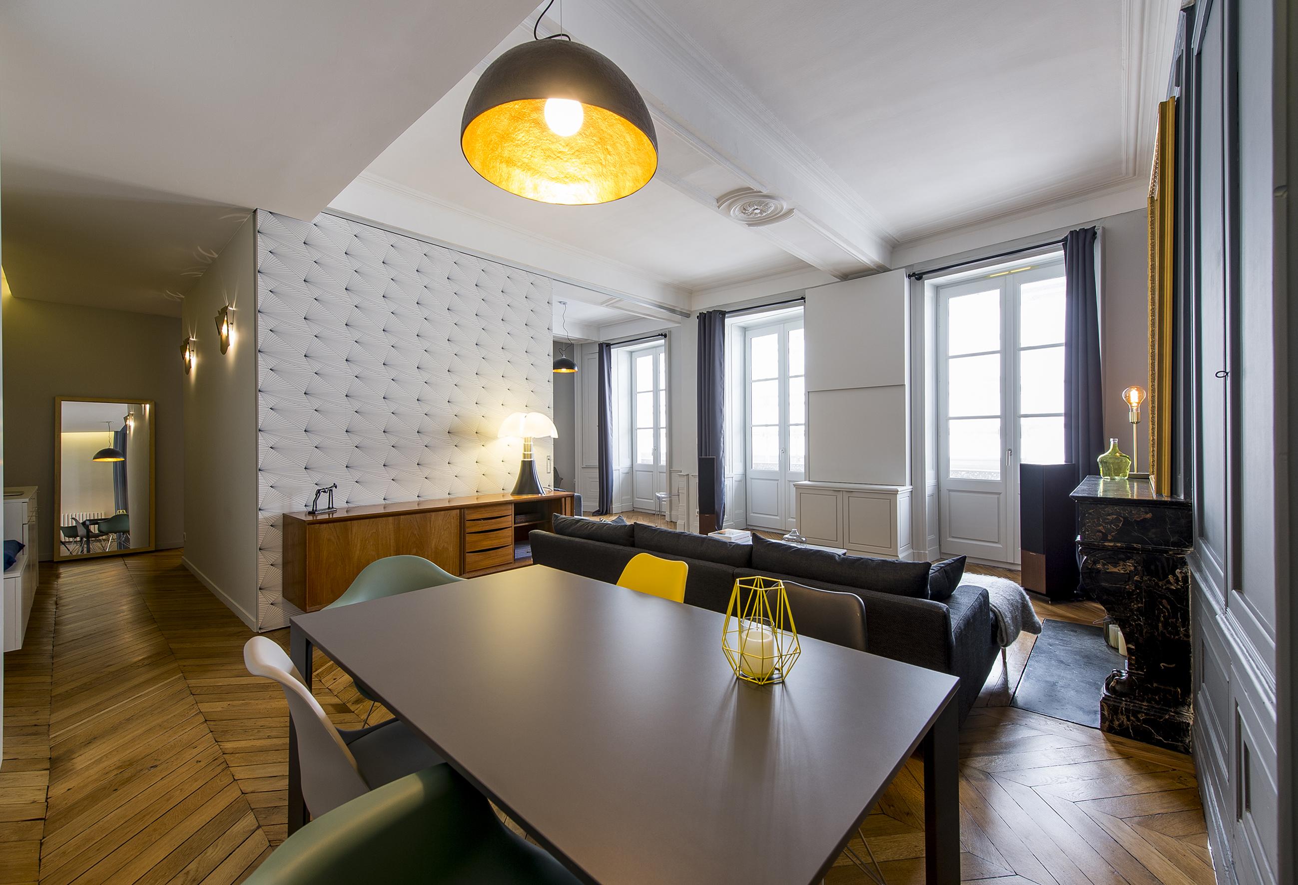 Белый интерьер гостиной столовой