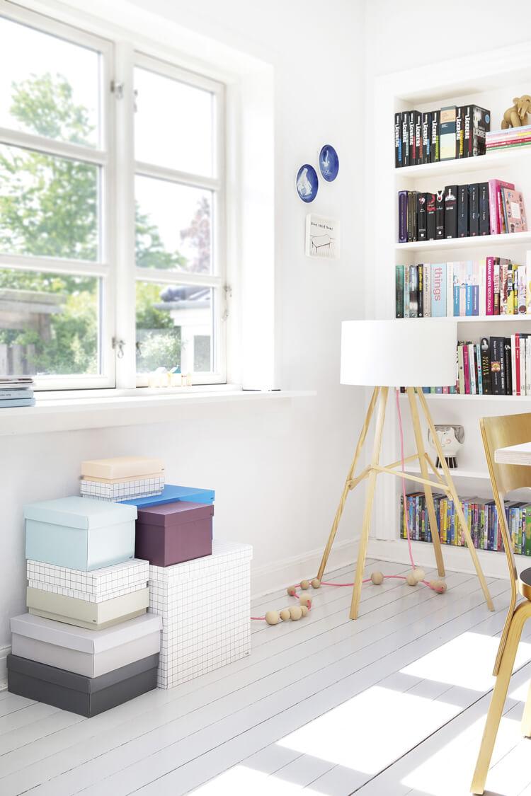 Белый интерьер кабинета со стеллажами