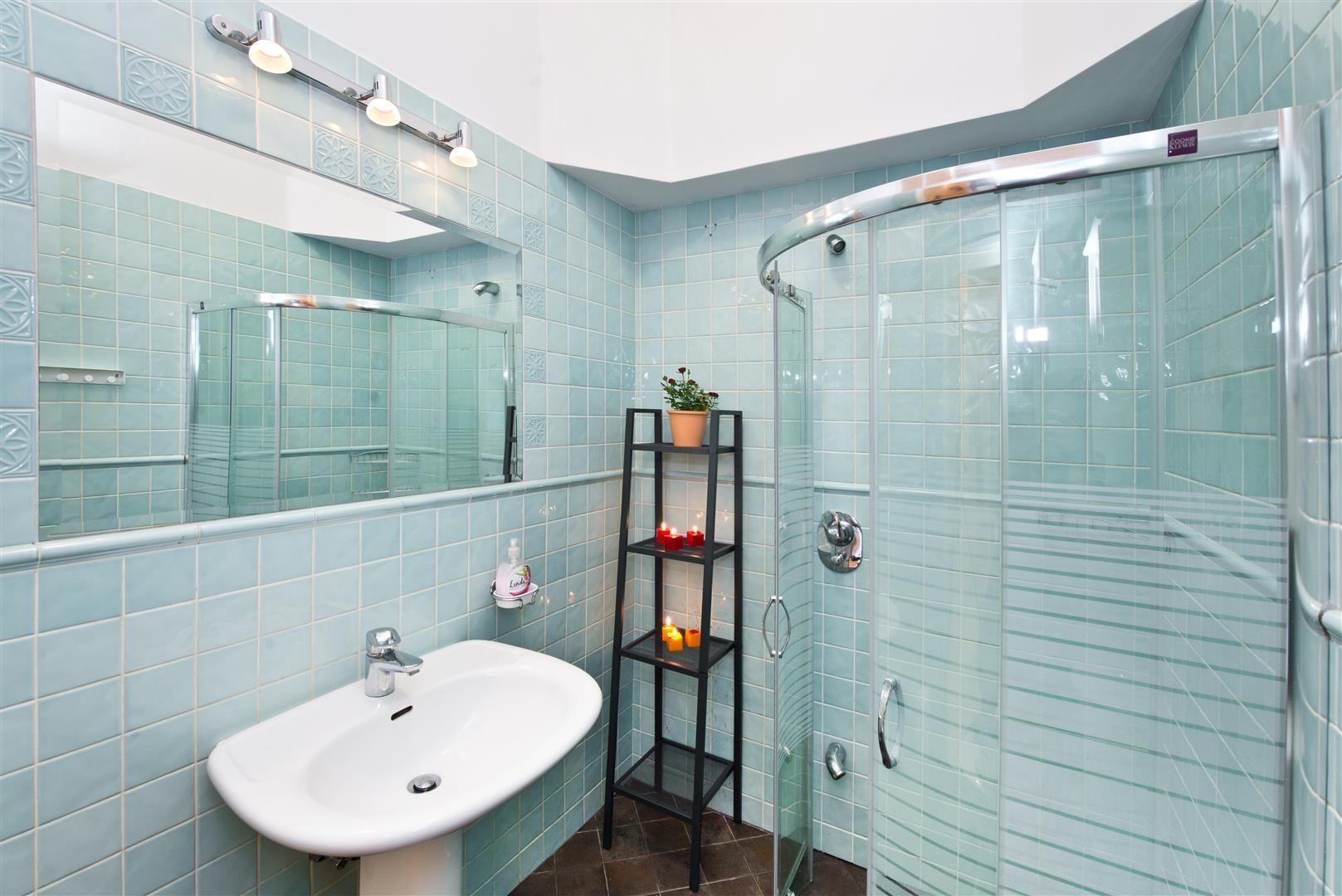 Большая ванная с кафелем