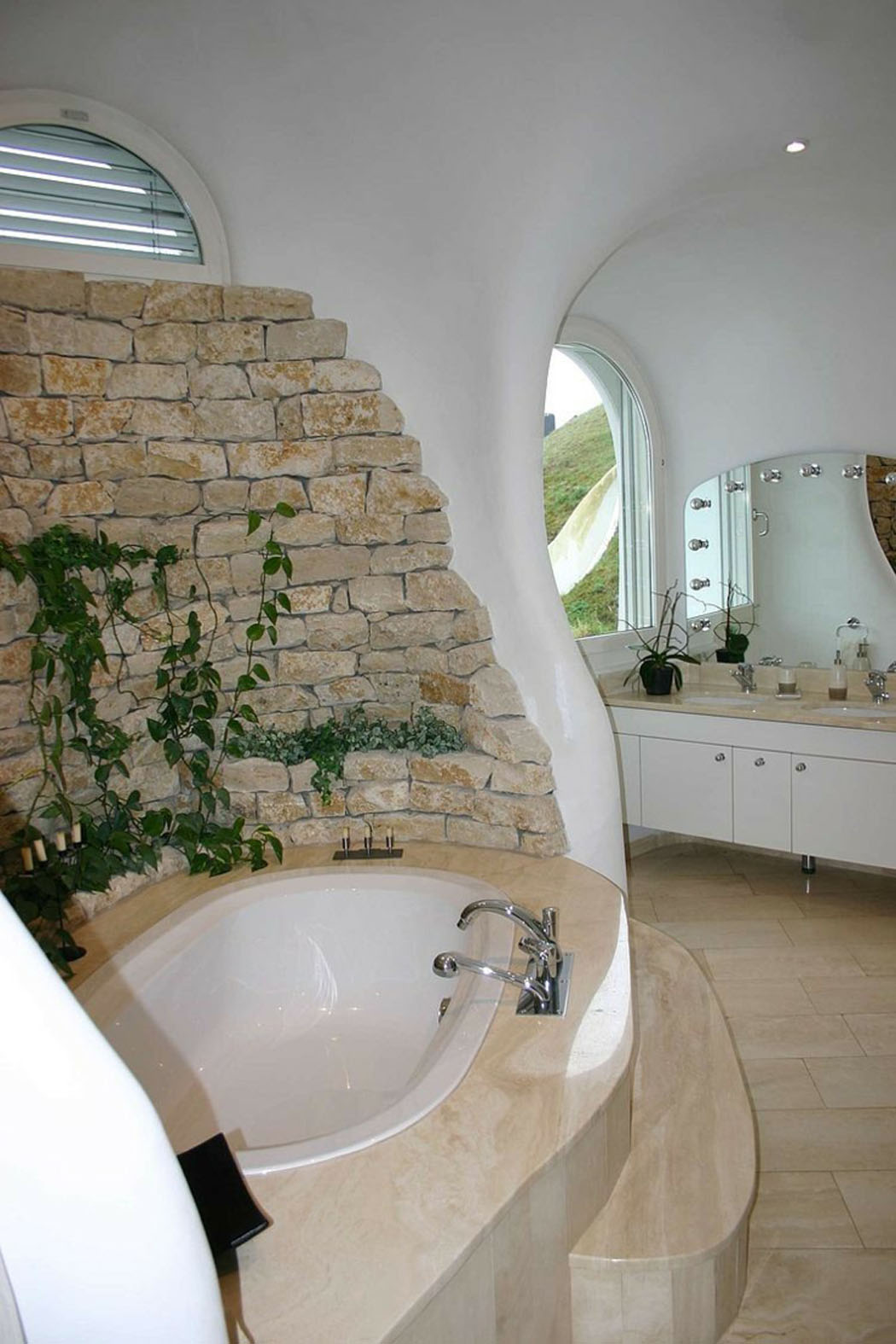 Большая ванная с каменной отделкой