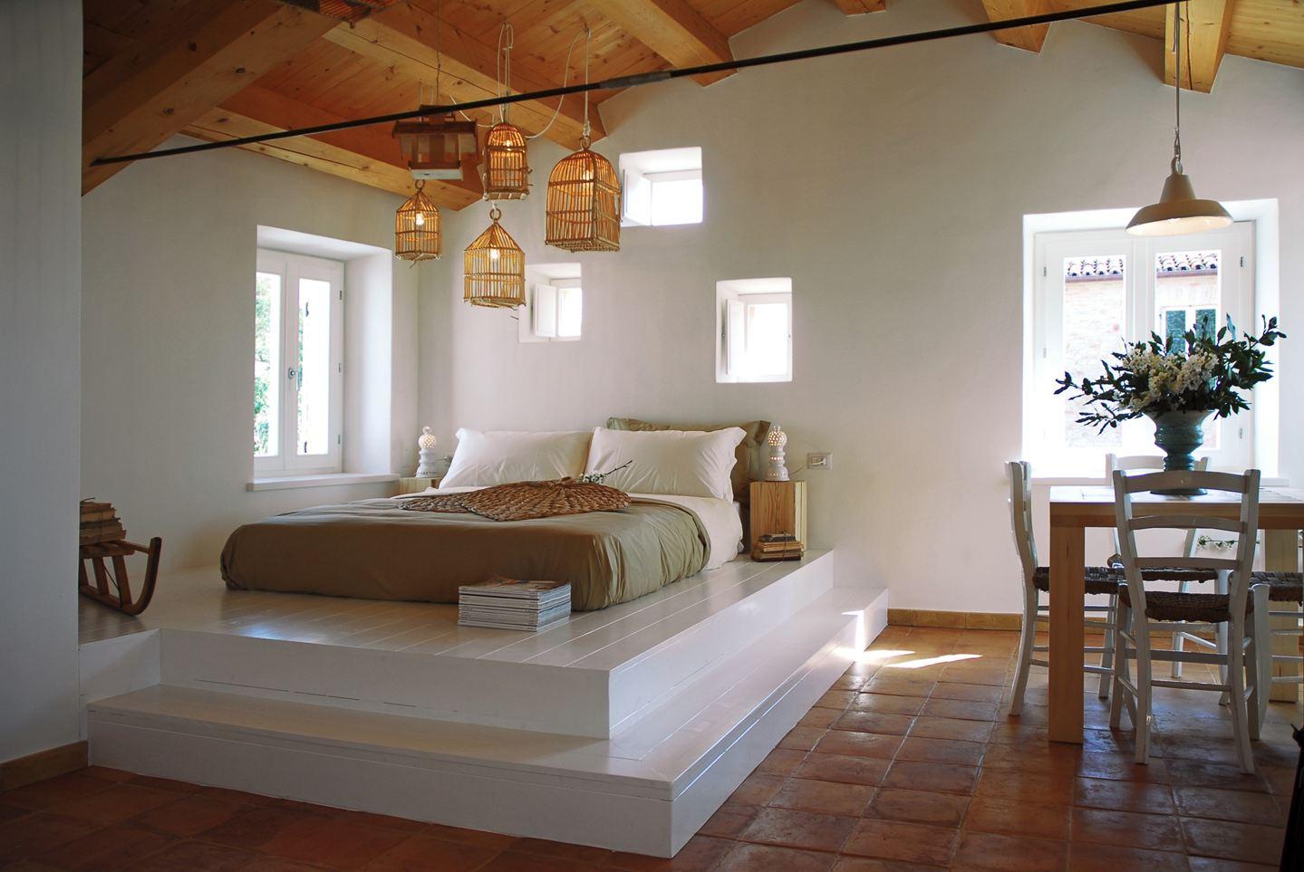 Кровать подиум в стиле кантри