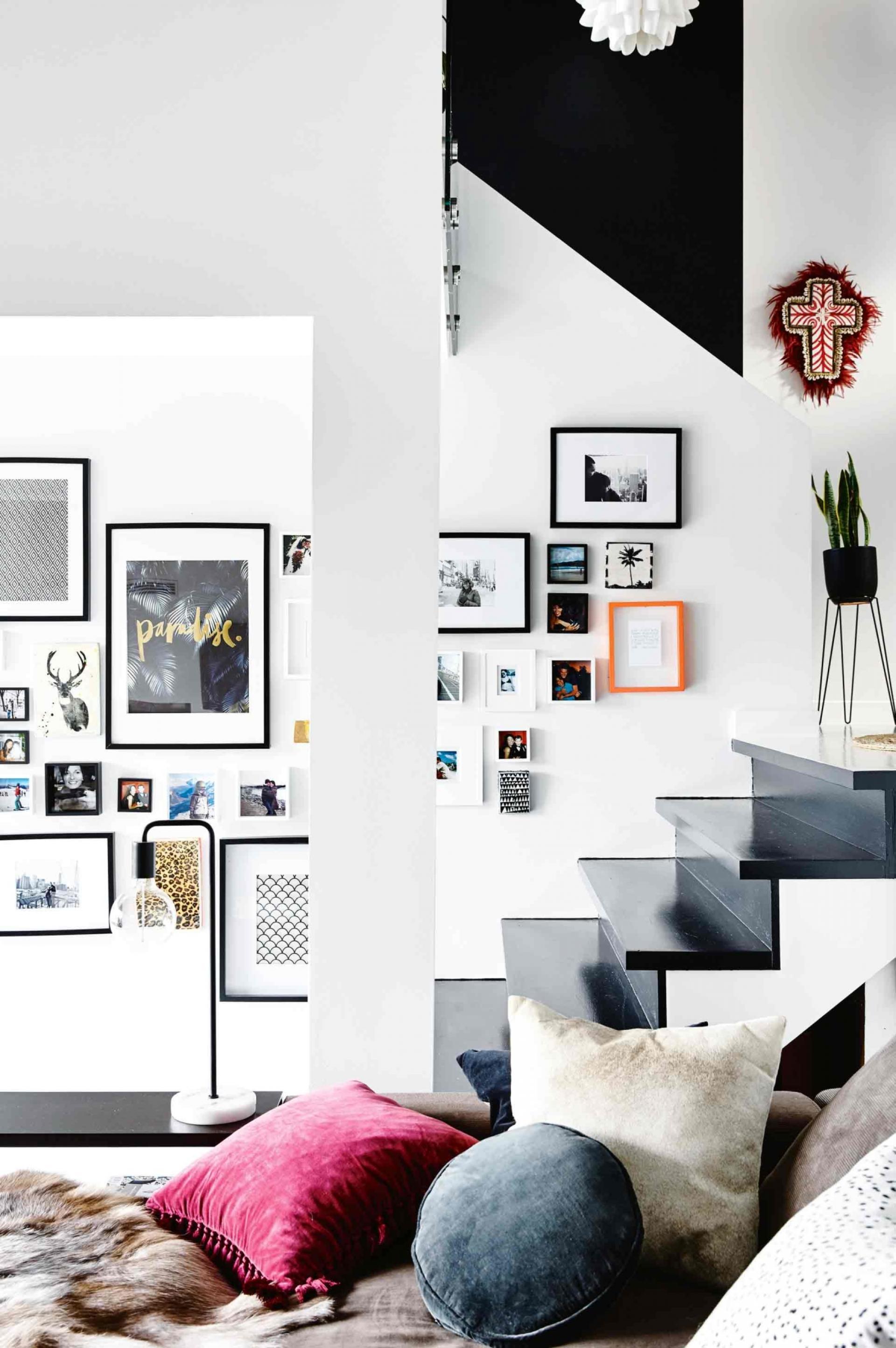 Белый интерьер с картинами