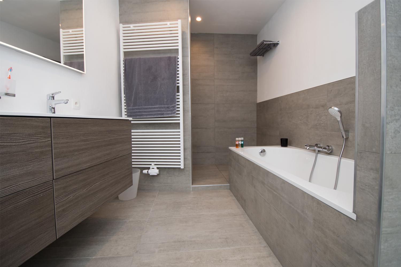 Большая ванная с керамогранитной плиткой