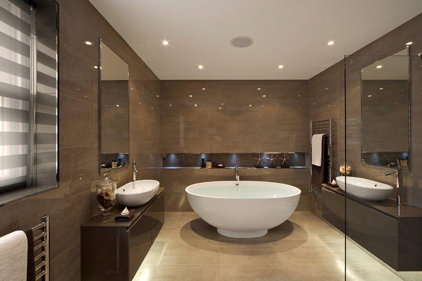 Большая ванная с коричневой плиткой