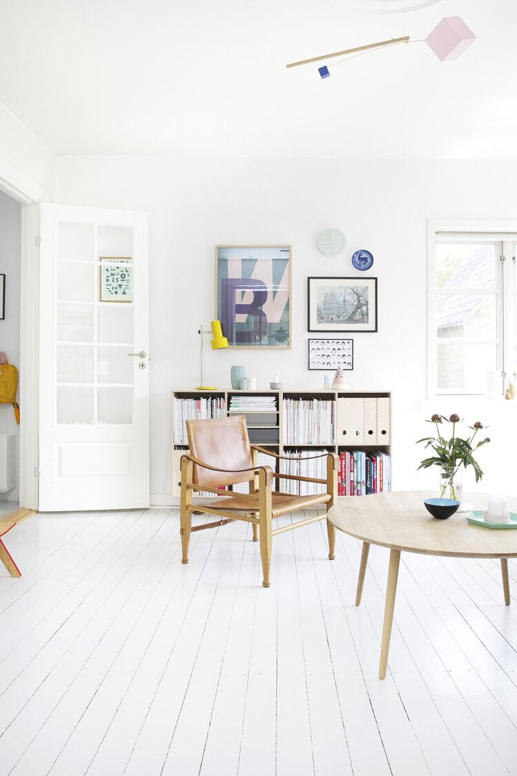 Белый интерьер с крашеными стенами
