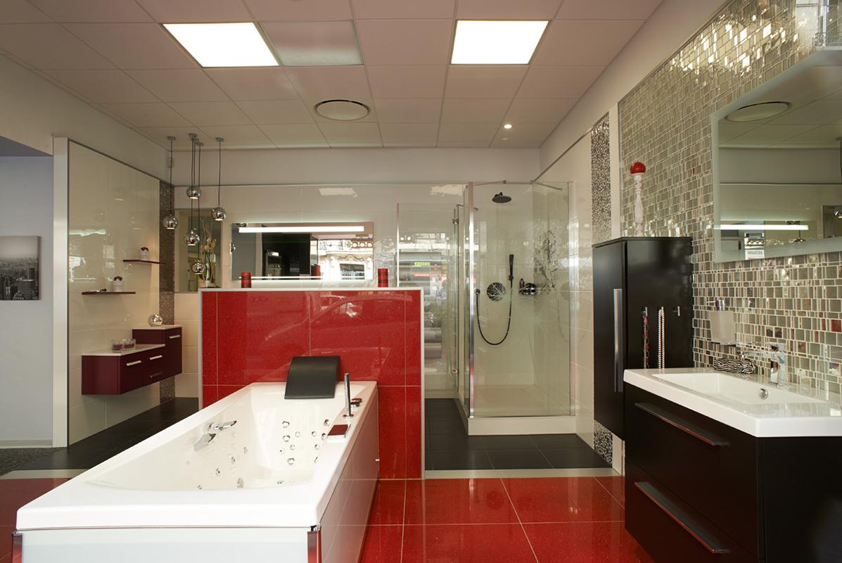 Большая ванная красная
