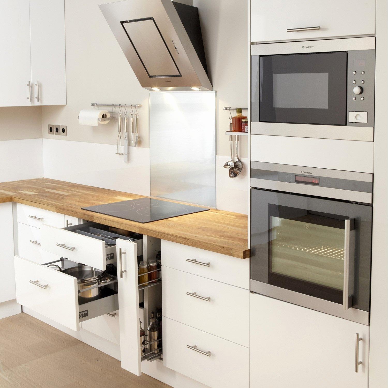 Белый интерьер кухни функциональной