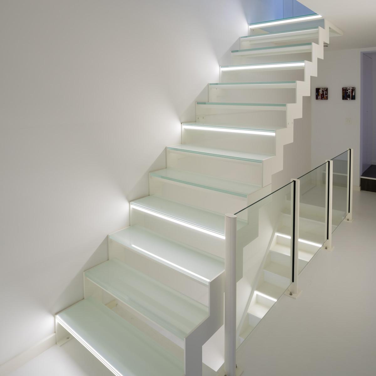 Белый интерьер с лестницей