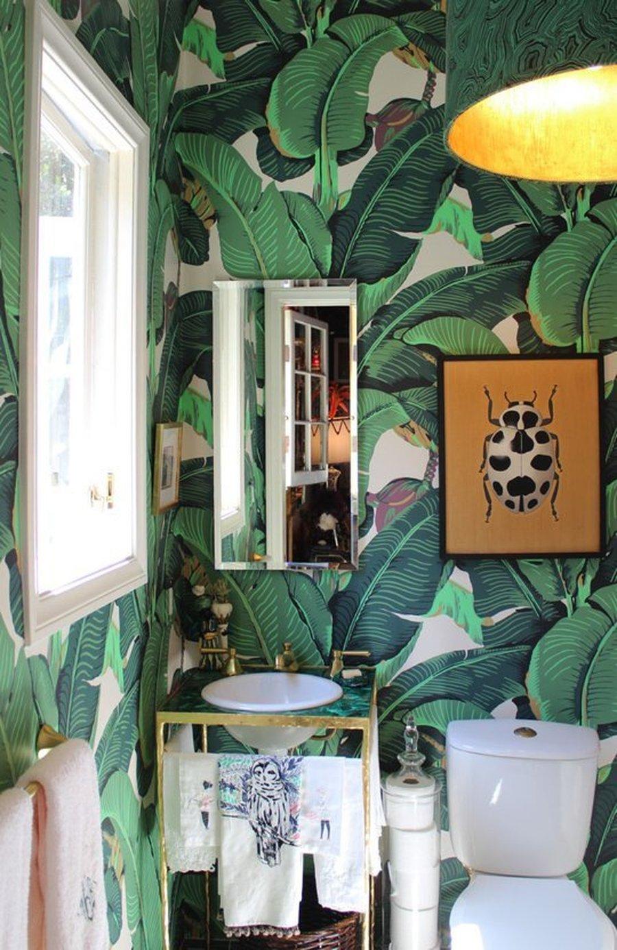 Обои в туалете с листьями
