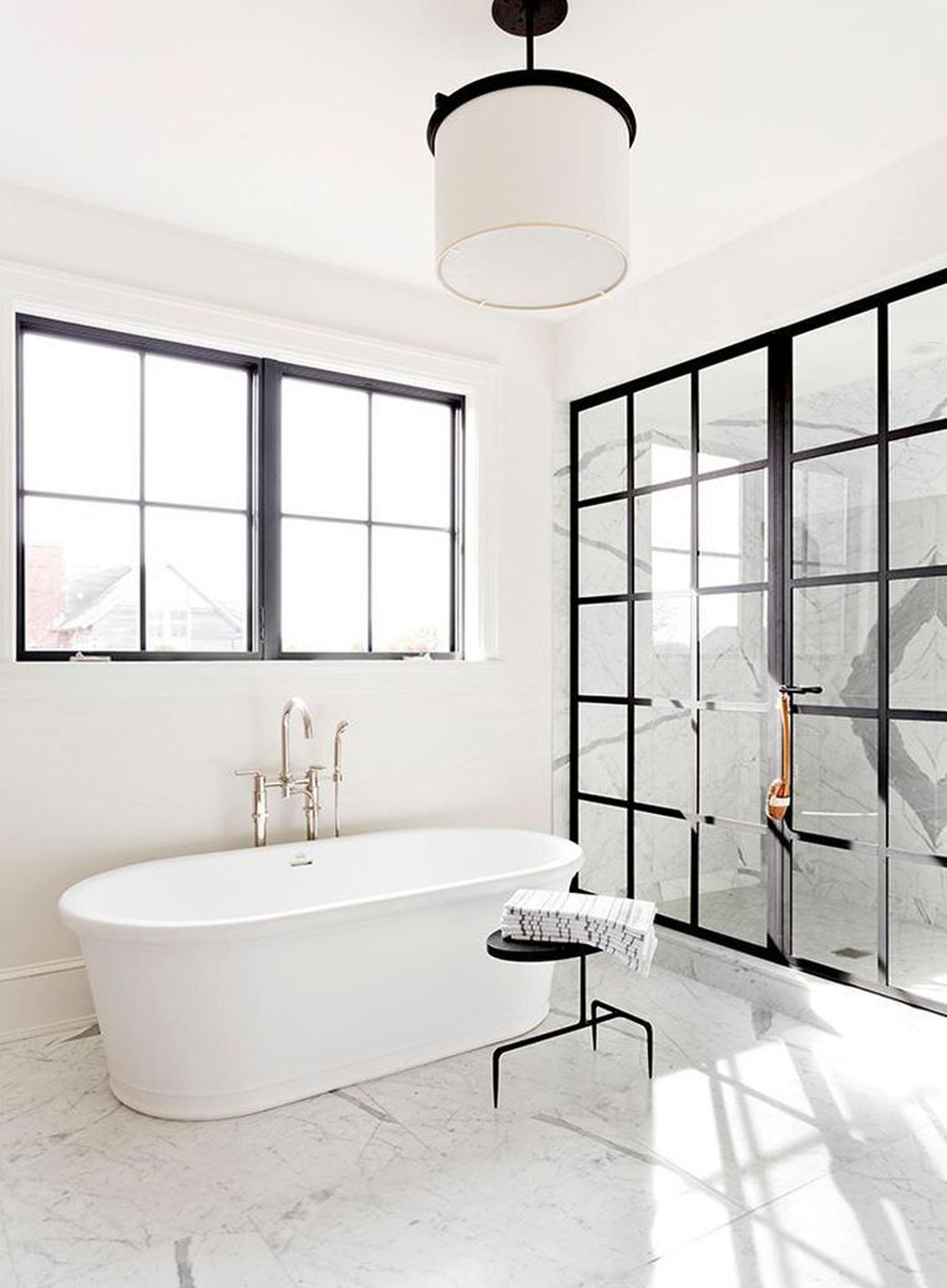 Большая ванная с люстрой