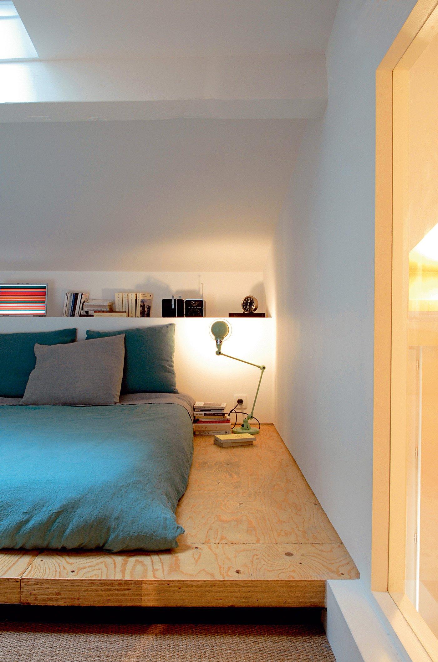 Кровать подиум на мансарде