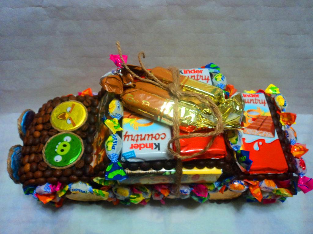Подарки на 23 февраля своими руками машина из конфет