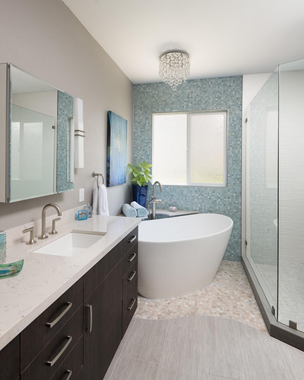 Ванная своими руками с голубой мозаикой