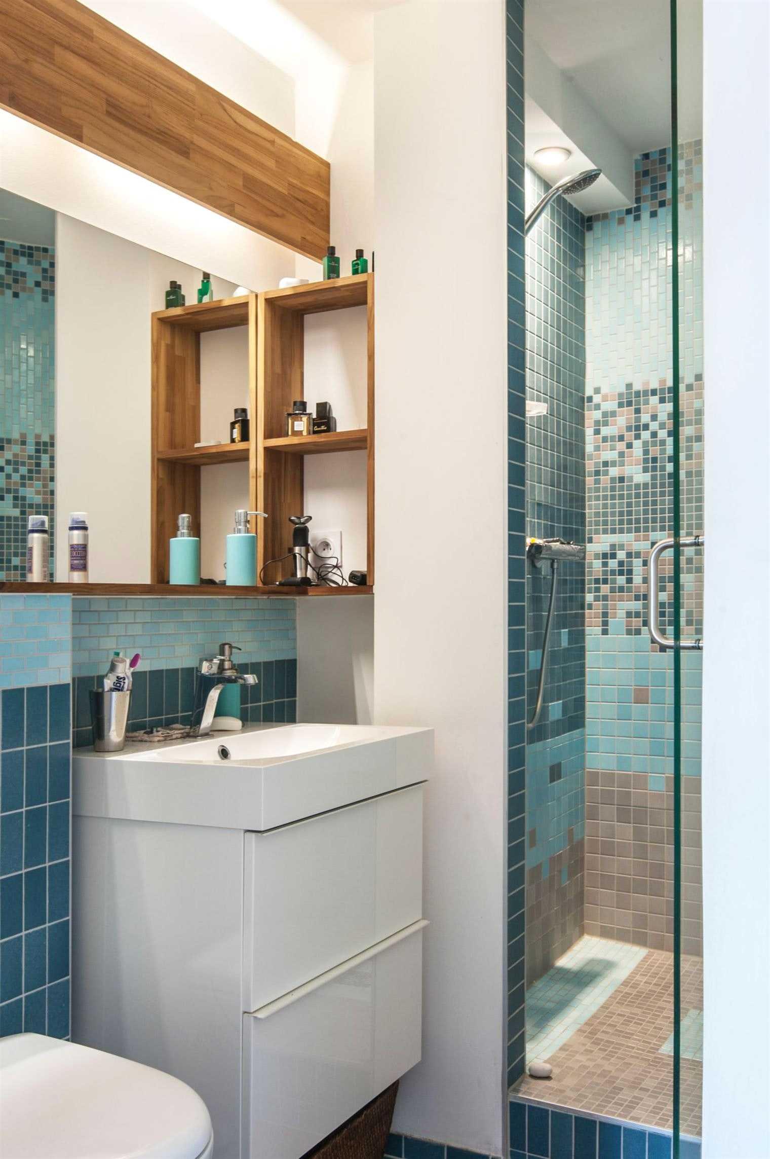 Большая ванная с синей мозаикой