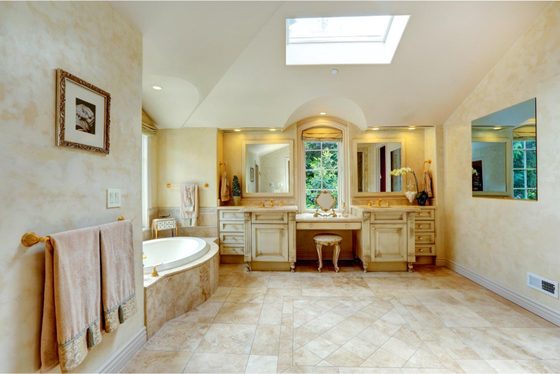 Большая ванная с мрамором