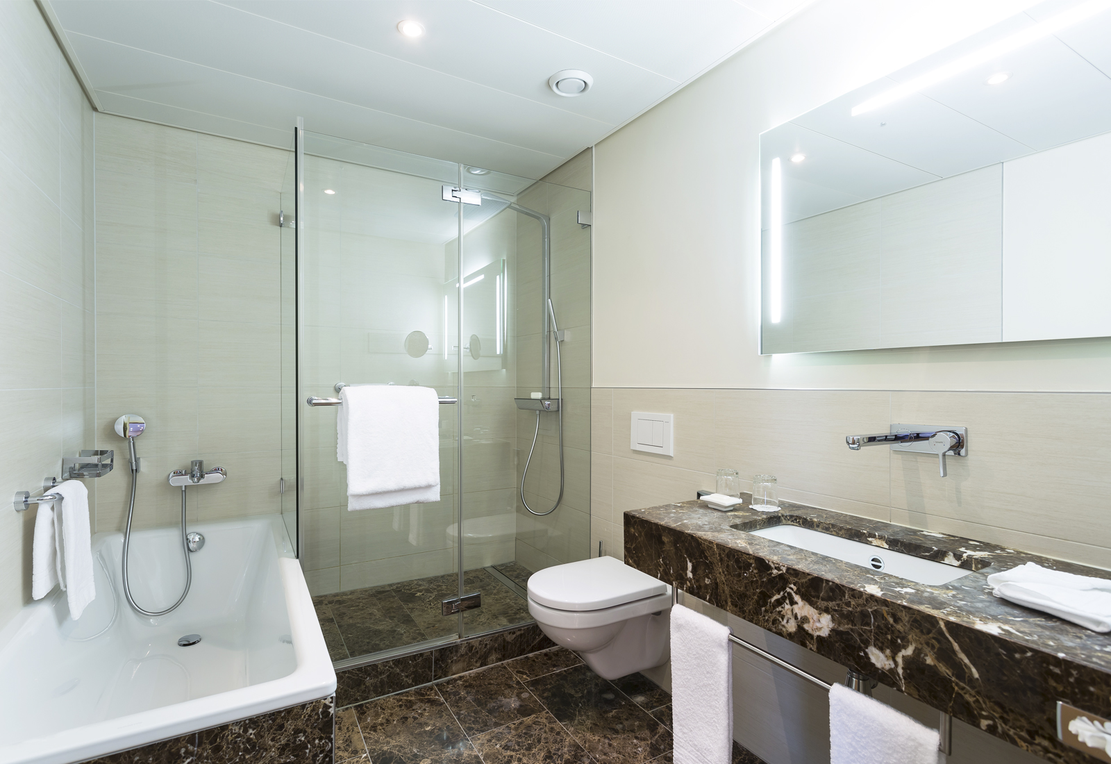 Большая ванная с коричневым мрамором