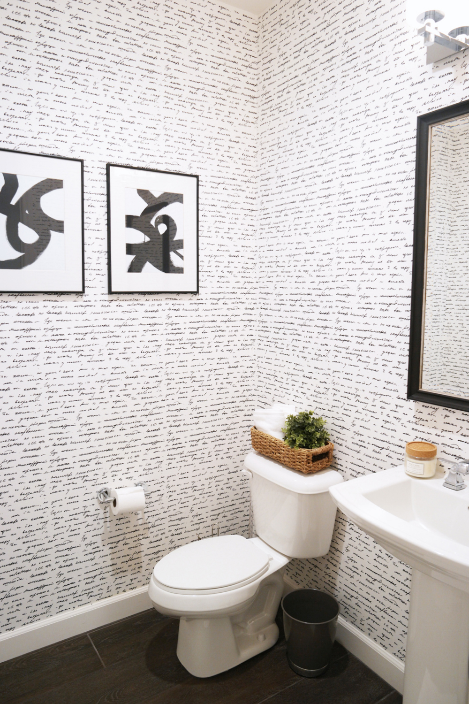 Обои в туалете бумажные с надписями