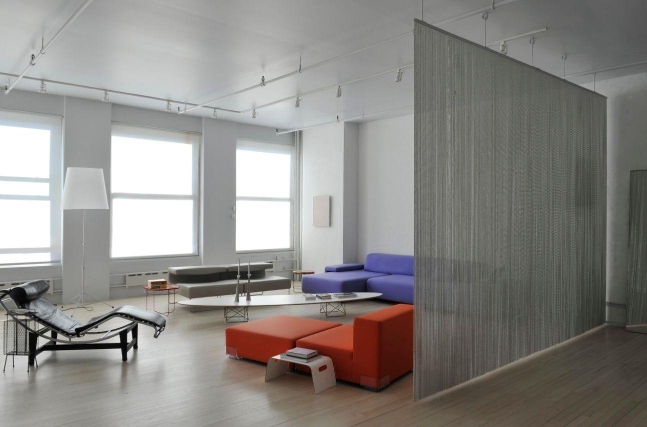 Зонирование шторами нитяными в квартире студии