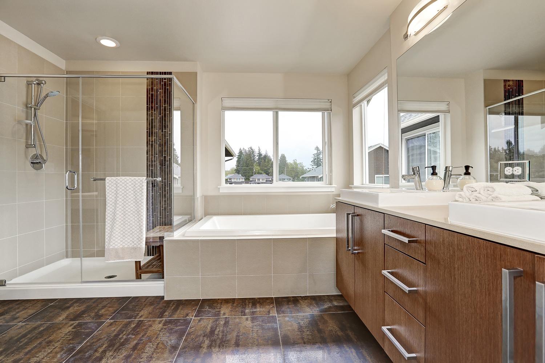 Большая ванная с окном