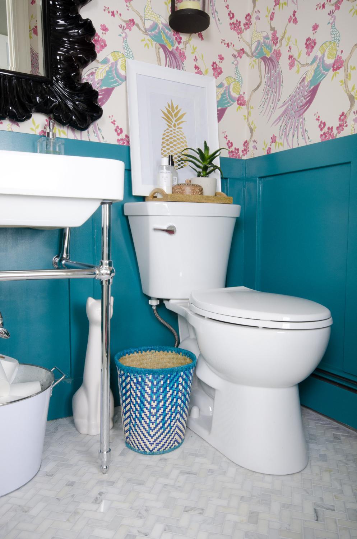 Обои в туалете с панелями