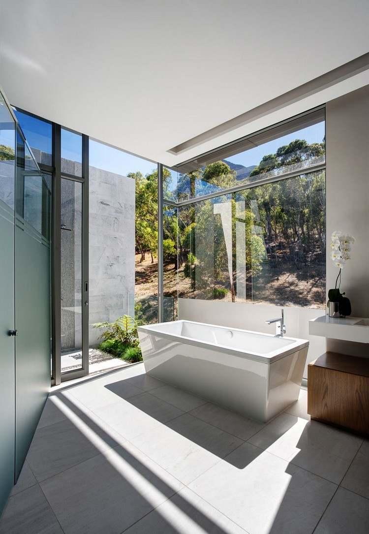 Большая ванная с панорамным окном