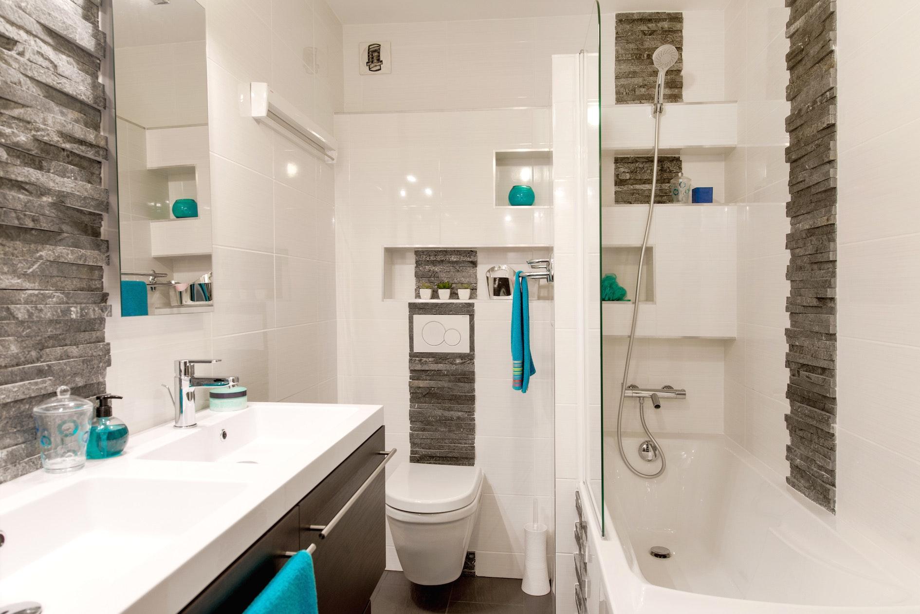 Интерьер ванной с белой плиткой
